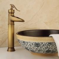 Wasserhahn des kupfernen antiken Hahns des Badezimmers heißen und kalten