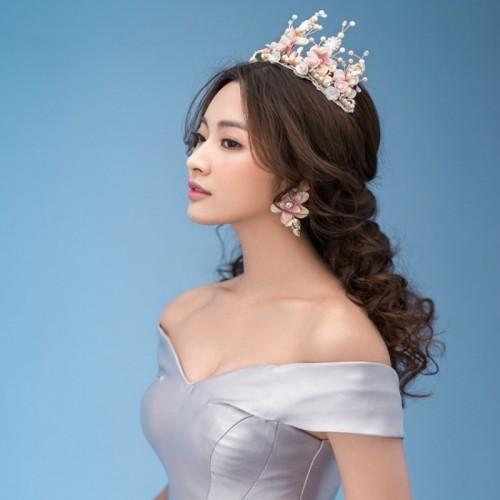 Handgemachte perlenbesetzte Spitze der barocken Krone der süßen rosa keramischen Blume goldener Haarschmuck